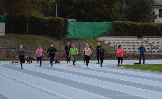 Aikuisten yleisurheilukoulun päätöskisat pidettiin Kimpisessä